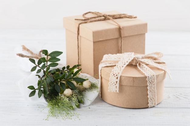 Scatole regalo artigianali rustici con fiori selvatici