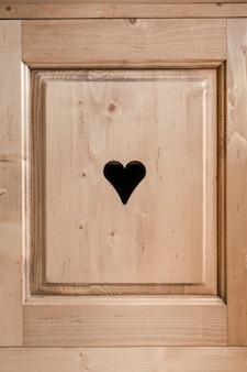 Anta rustica con cuore inciso