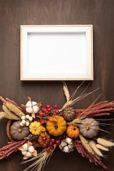 Mockup rustico con decorazione della tavola autunnale. arredamento floreale per le vacanze autunnali con zucche fatte a mano. biglietto di auguri per le vacanze. flatlay, vista dall'alto
