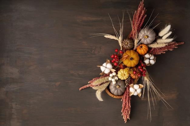 Mockup rustico con decorazione della tavola autunnale. arredamento d'interni floreale per le vacanze autunnali
