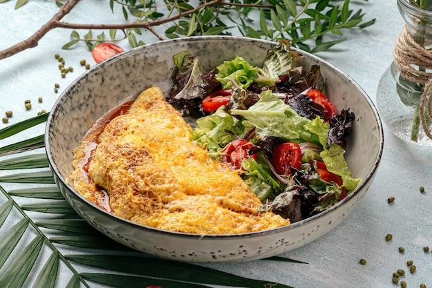 Frittata rustica con insalata di verdure