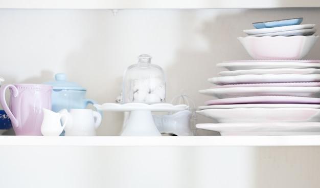 Stoviglie rustiche in stile shabby chic nella cassettiera della cucina