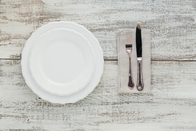 Regolazione rustica della tavola sulla tavola di legno chiara