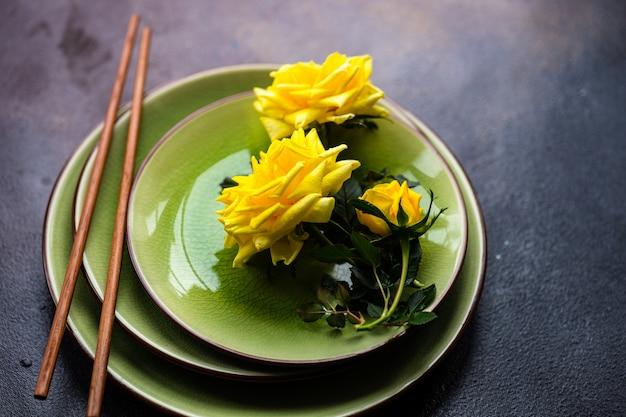 Tavolo rustico con rose gialle