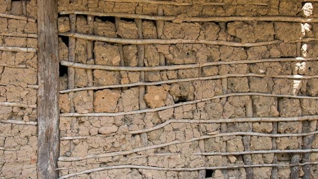Parete rustica di taipa house realizzata con legno e argilla.