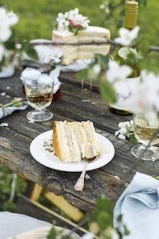 Torta nuziale rustica con fiori lilla bianchi