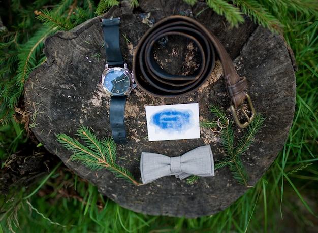 Carta di invito matrimonio rustico, sigillo di cera, vaso, pietra di mare, fiori. calligrafia di nozze vintage vista dall'alto