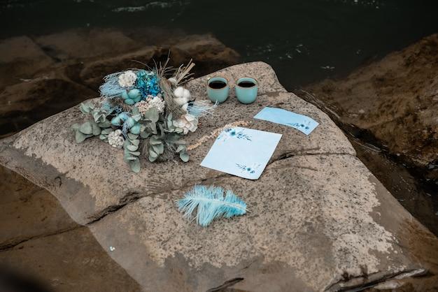 Carta di invito matrimonio rustico, sigillo di cera, vaso, pietra di mare, fiori