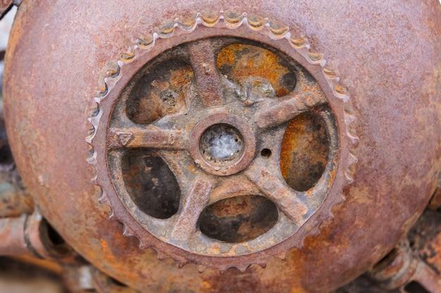 Primo piano arrugginito dell'ingranaggio, meccanismo antico arrugginito, dettagli tecnici arrugginiti