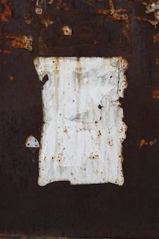 Struttura in metallo arrugginito con graffi e crepe