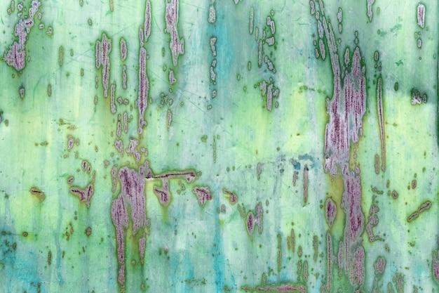 Sulla lamiera verniciata sono comparsi graffi e striature arrugginite la trama e il motivo dell'arrugginito