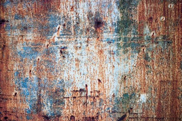 Struttura arrugginita di ferro con pittura multicolore, corrosione sul fondo del metallo