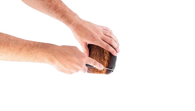 Pane di segale in mani isolate su uno sfondo bianco. foto di alta qualità