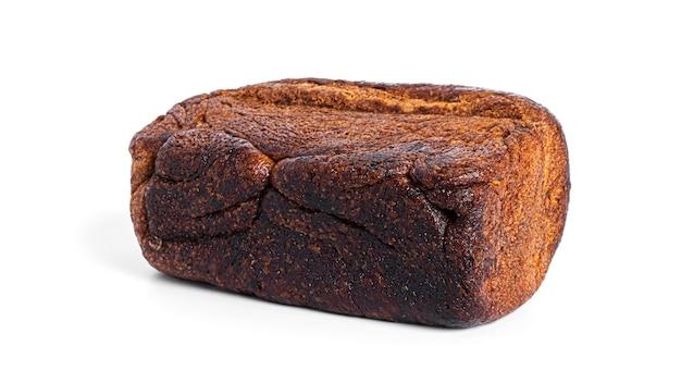 Pane di segale isolato su uno sfondo bianco. foto di alta qualità