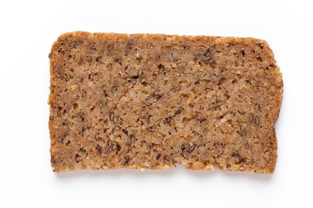 Fetta di pane di segale su una superficie bianca. lay piatto.
