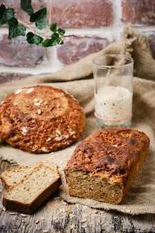 Pane di segale, pane tradizionale a lievitazione naturale, tagliato a fette su un tavolo in legno rustico. il concetto di metodi tradizionali di cottura del pane lievitato. cibo sano e sano.