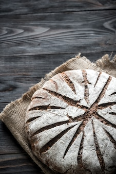 Pane di segale con noci e semi