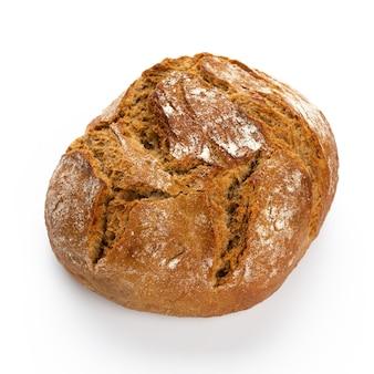 Pane ecologico di segale sulla superficie bianca.