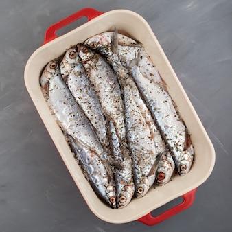Sabrefish (pelecus cultratus) pesce salato fatto in casa. la salamoia piccante è fatta con sale rosa ed erbe aromatiche.