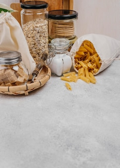 Sacco di pasta e altri ingredienti