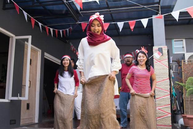 Corsa di sacco durante la festa dell'indipendenza dell'indonesia