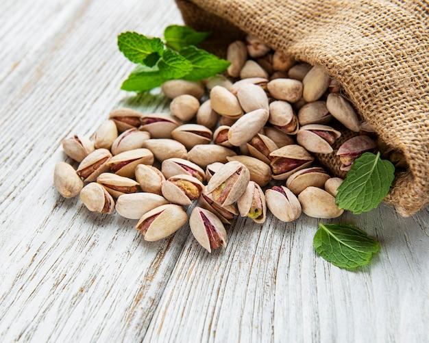 Sacco con pistacchi su tavola di legno