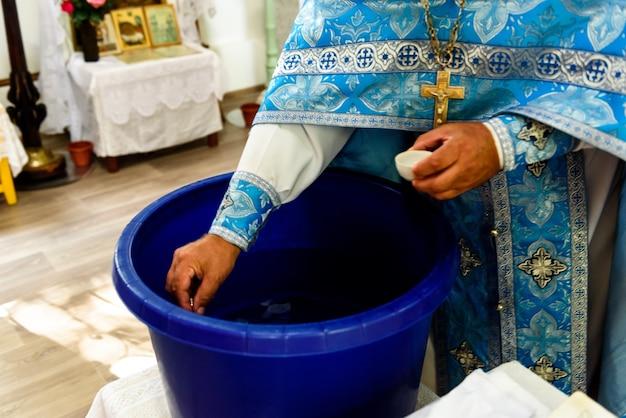 Il sacramento del battesimo di rito di un bambino in una chiesa cristiana ortodossa.