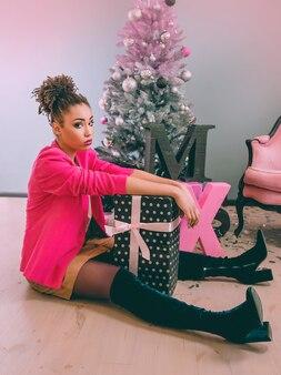 Triste donna afroamericana delusa dal regalo di natale