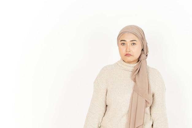 Espressione del viso triste e arrabbiato di bella donna asiatica che indossa l'hijab isolato su sfondo bianco