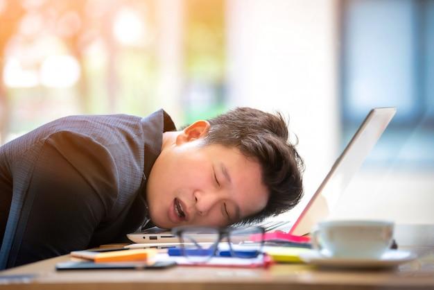 Seduta sollecitata e preoccupata dell'uomo d'affari triste nell'ufficio. concetto di stress e preoccupazione. tono vintage