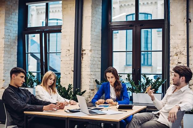 Uomini d'affari tristi pensando al tavolo in ufficio