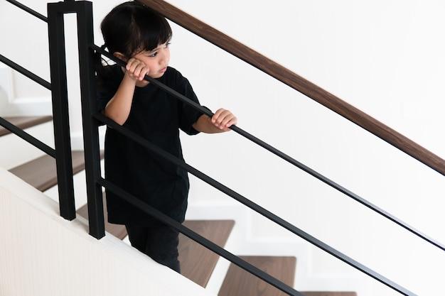 Bambino triste di questo padre e madre che litigano, concetto negativo di famiglia.