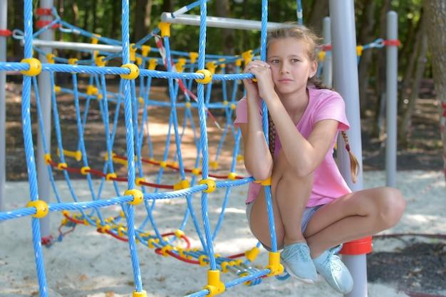 Ragazza triste al parco giochi. bambino doloroso divenne premuroso. solitudine