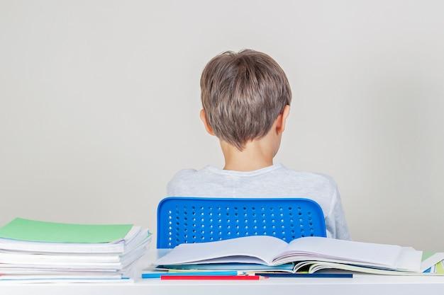 Il ragazzo triste ha problemi con i compiti a scuola