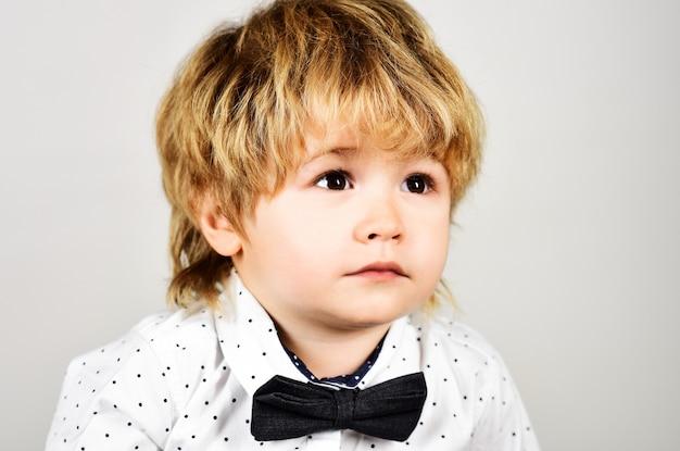 Ragazzino triste, ritratto. sentimenti ed emozioni. bambino con l'espressione di dolore sul viso. bambino alla moda in abbigliamento elegante. moda per bambini.