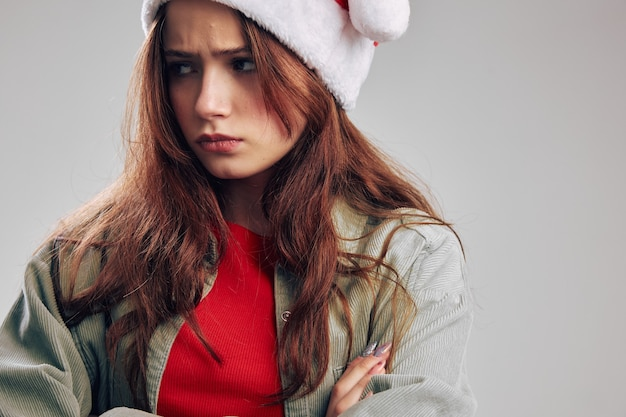 Anno nuovo di natale del cappello del partito del primo piano del ritratto della bambina triste