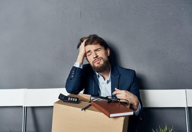 Casella di uomo triste con cose che vengono licenziate depressione aspettativa