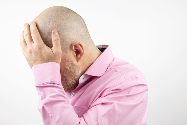 Uomo triste con le mani chiuse il viso isolato