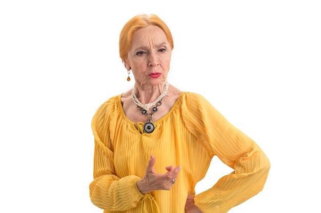 Triste vecchia donna anziana isolata che guarda in basso accetta i tuoi errori