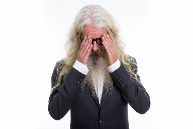 Uomo d'affari barbuto anziano triste che ha mal di testa
