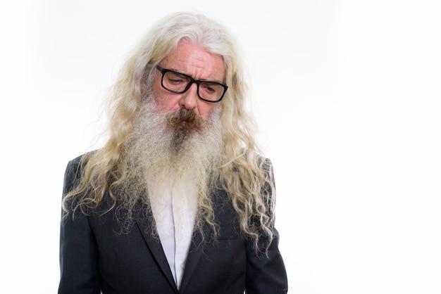 Uomo d'affari barbuto anziano triste che indossa occhiali da vista
