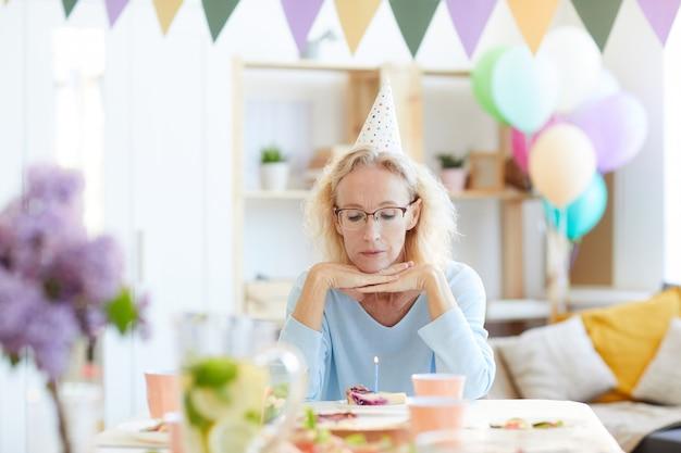 Donna triste che celebra il compleanno da solo