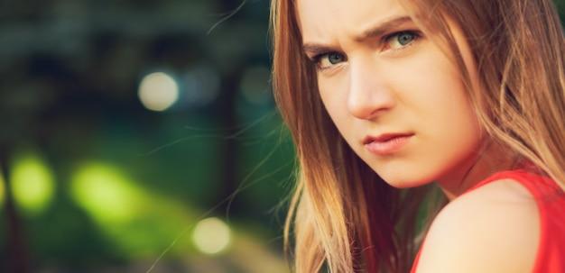 Donna triste. emozione frustrata. il risentimento e la rabbia, il dolore e il concetto di guai