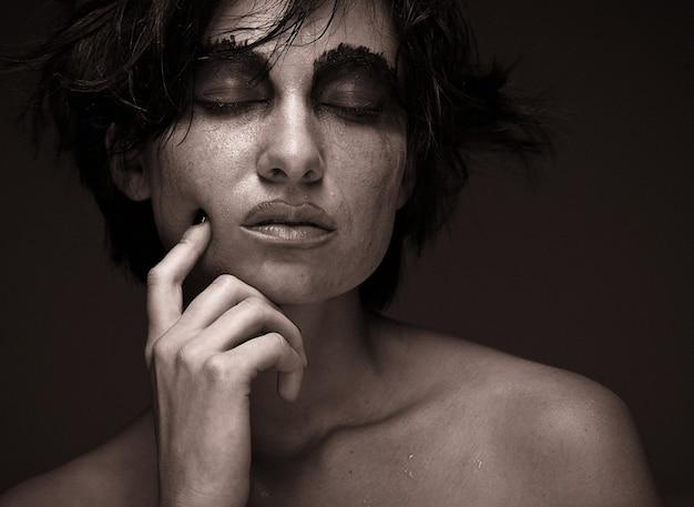 Tristezza. ritratto di giovane donna in depressione. trucco creativo.