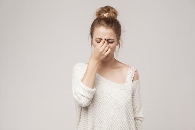 La donna di tristezza piange e ha una crisi isterica. foto in studio
