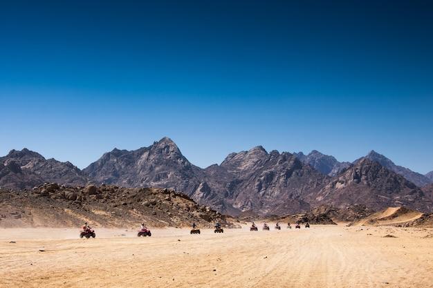 Safari tour in quad in egitto turisti in quad nel deserto
