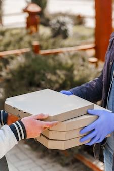 Consegna sicura della pizza durante il periodo di quarantena