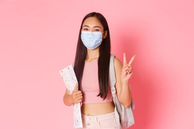 Turismo sicuro che viaggia durante la pandemia di coronavirus e previene il concetto di virus felice ragazza asiatica tr...