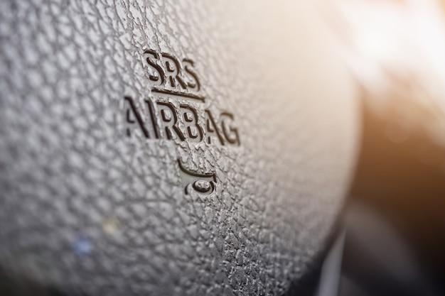 Segno di airbag di sicurezza sul volante dell'auto con l'icona del clacson