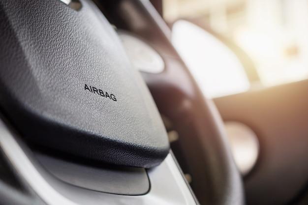 Segno di airbag di sicurezza sul volante dell'auto